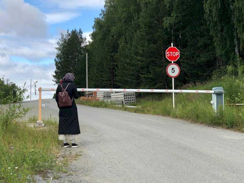 Среднеуральский монастырь закрыли от журналистов шлагбаумом