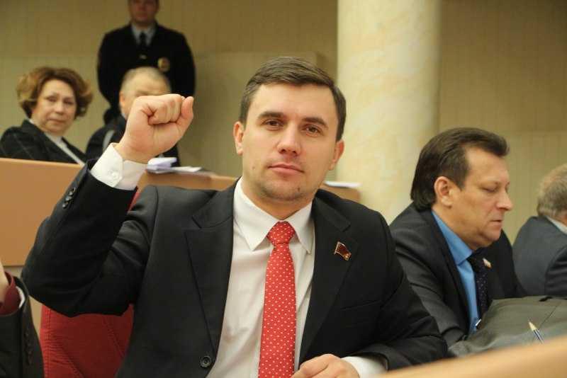 «Получил бутылкой вмаковку»: депутат КПРФ подрался с коллегами из «Единой России»