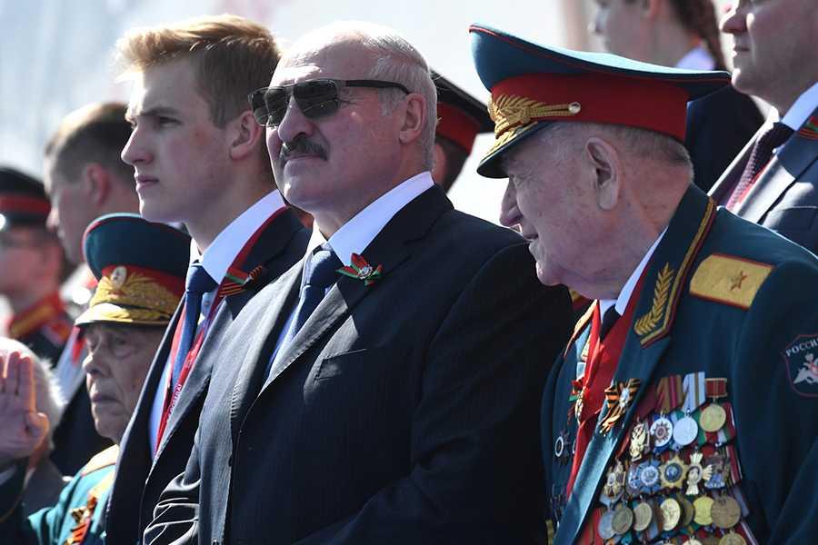 Лукашенко сбежал в Минск сразу после завершения парада Победы