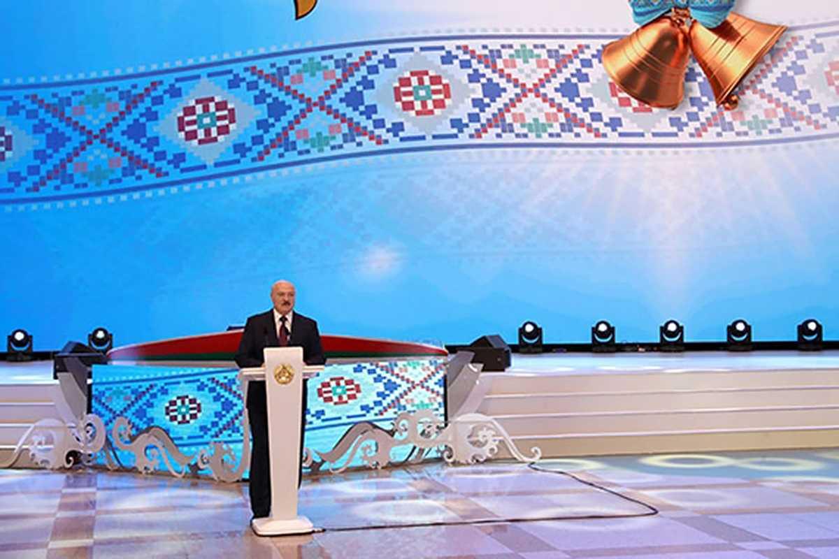 Лукашенко призвал белорусов не думать о Востоке и Западе