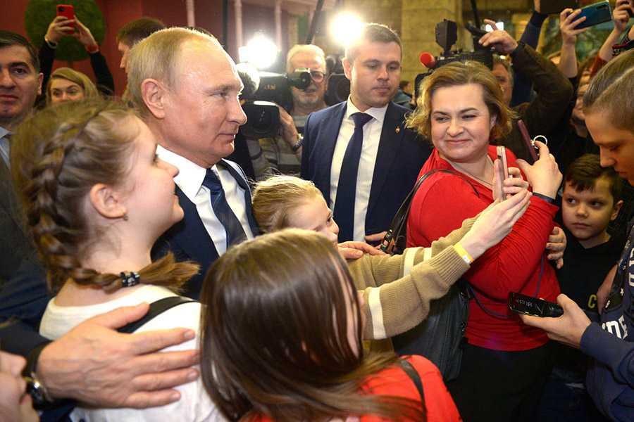 Работу Путина на посту президента одобряют большинство россиян
