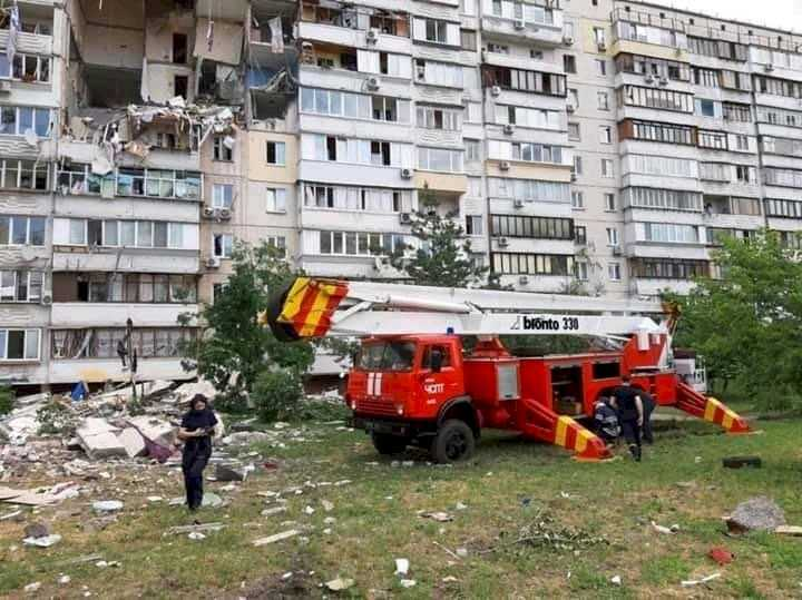 В киевской многоэтажке прогремел взрыв. Под завалами остаются люди