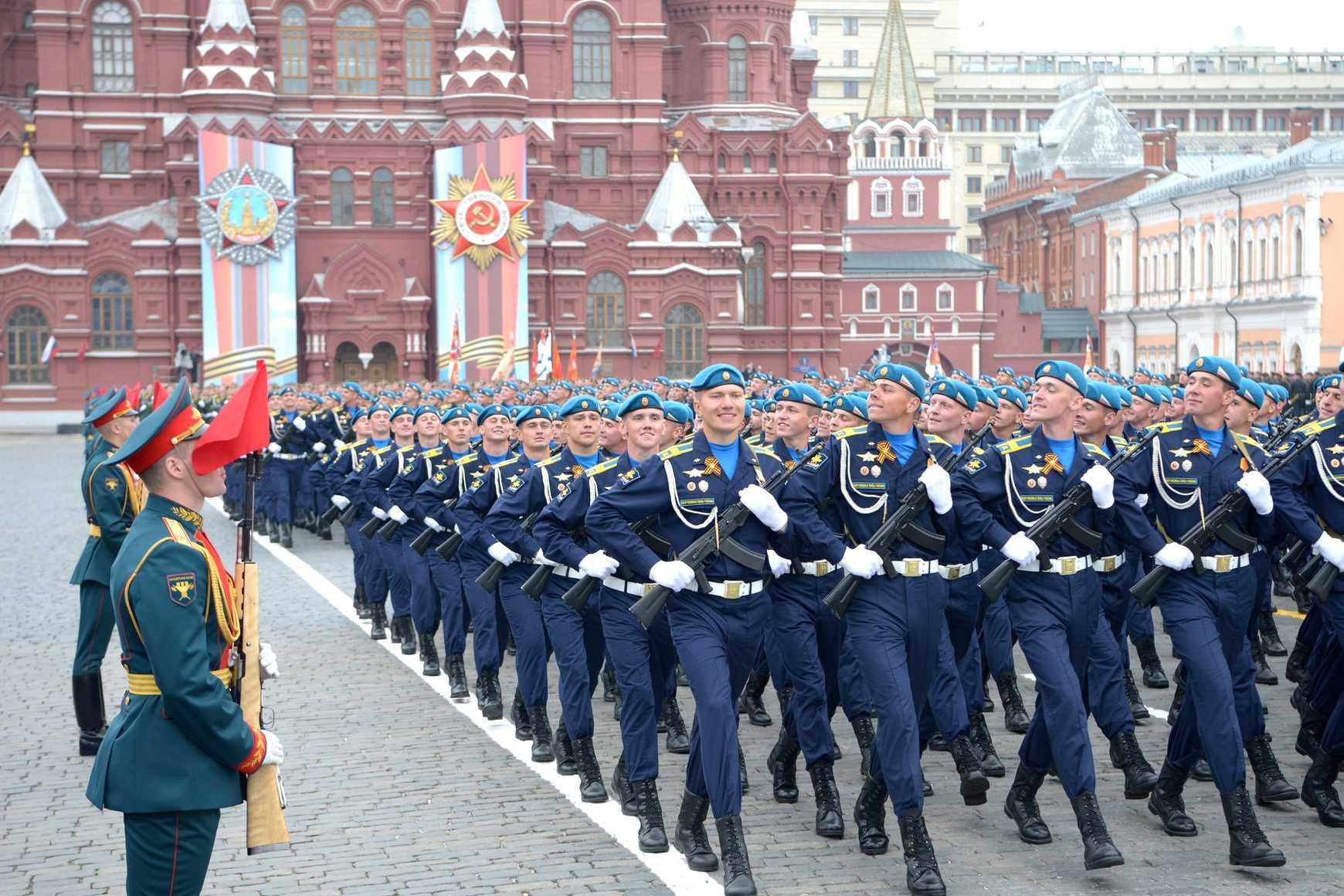 Вооружённый солдат устроил истерику на параде Победы в Москве