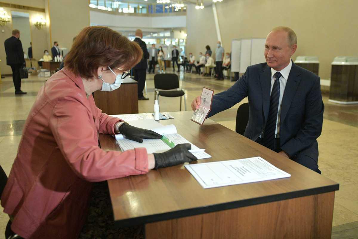 Песков объяснил голосование Путина без маски и перчаток